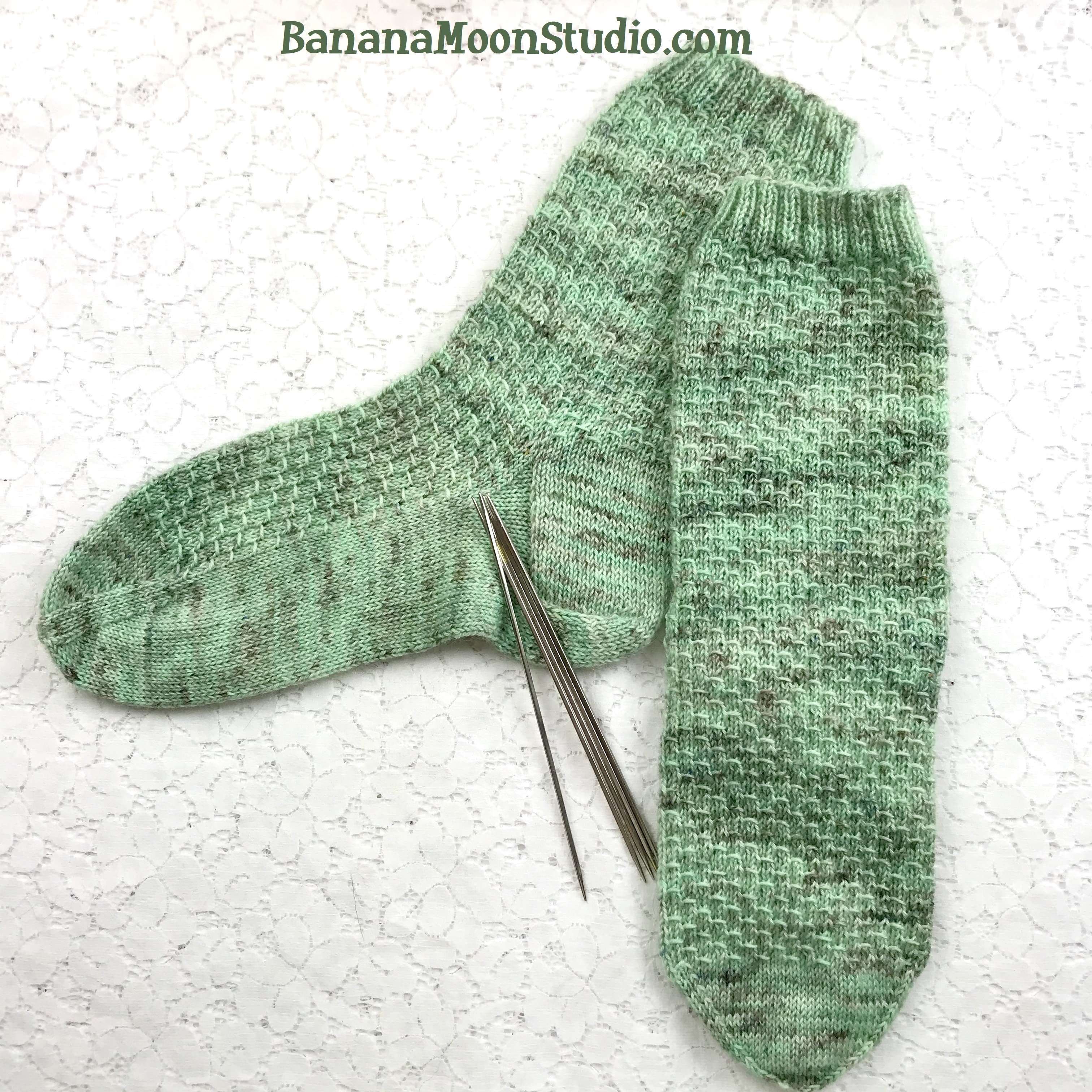 Free sock knitting pattern with tutorials from Banana Moon Studio #sockknitting #freesockknittingpattern